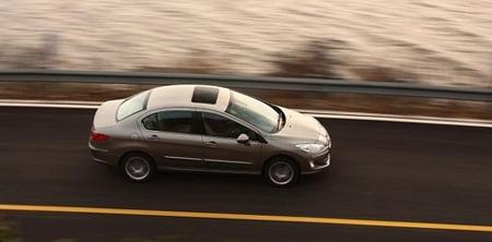刹车反应灵敏动作稳,而且车子内外又有那么多的安全配置包高清图片