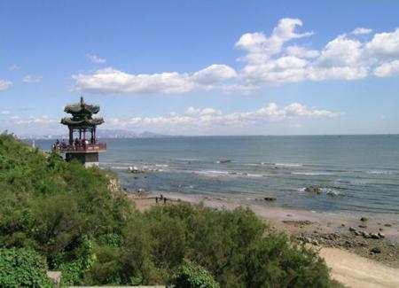 北戴河海滨地处河北省秦皇岛市中心的西部.是秦皇岛的城市区之一!