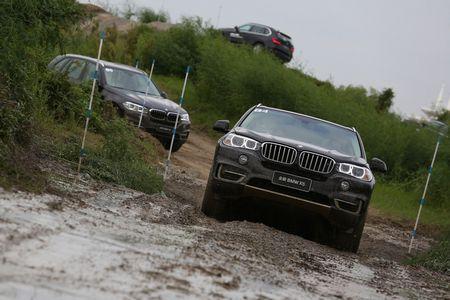 包括模拟赛道驾驶,越野场地驾驶以及科技知识测验等,由bmw资深驾驶