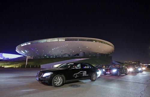 车队抵达世博梅赛德斯-奔驰演艺中心高清图片