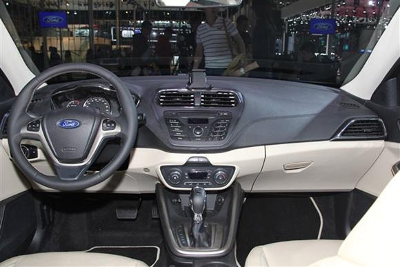 据最新消息,福特福睿斯将会有9种车身颜色供消费者选择,其中包括美丽金、磁力灰、典雅白、豪情棕、炫舞红、闪耀银等颜色。配置方面,该车将全系标配前后雾灯、大灯高度可调、无骨雨刷、带LED前大灯、行车电脑显示屏、USB+AUX接口、前排双安全气囊灯。此外,福睿斯高配车型还配有电动车窗、真皮座椅、真皮方向盘等。