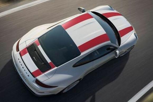 """外观方面,保时捷911 R车身造型基本延续了911 GT3 RS的设计,但尾部取消了大型的扰流板。新车的车身涂装显得较为独特,采用了白色车漆,顶部两条红色线条从车头贯穿至车尾,使得新车拥有了更多的赛车元素,侧裙处印有""""PORSCHE""""字样的黑色拉花,具有很高的辨识度。新车尾部还采用了全新的保险杠设计风格,搭配中置双出的尾气布局更显动感。"""