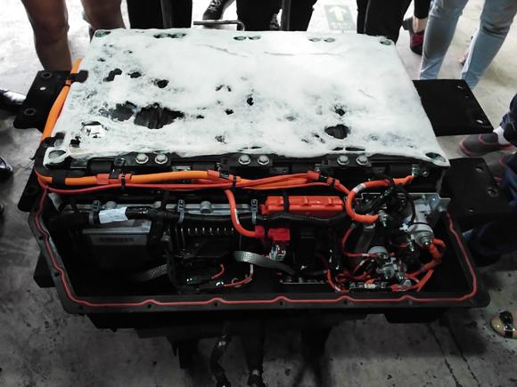拆解现场记者看到,电池包外壳打开后,除了隔热棉有少量融化外,其