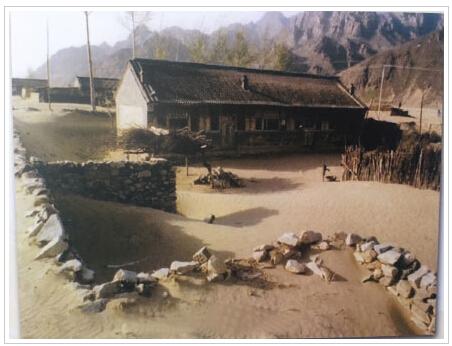 2000年,丰宁县小坝子乡农户住房被荒漠流沙包围(茅硕/摄)图片
