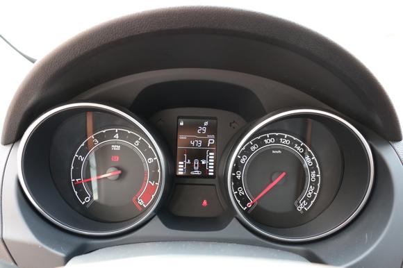 搭载inkaLink,与苹果安卓互联畅享智驾趣味    此次试驾的2016款MG GT名爵锐行搭载了inkaLink多媒体智能行车系统,配合7英寸高清液晶触摸屏,色彩细腻,滑移顺畅,功能强大。inkaLink为消费者提供了强大的手机互联功能,用户可通过苹果CarPlay或安卓互联与市面上绝大多数手机实现双屏互联,轻松实现娱乐、导航、通讯等功能的应用,让驾驶更有乐趣。这样的智能配置,在同价位甚至更高价位的同级车型中都是难得一见的,对追求智能科技享受的年轻消费群体来说具有很强的吸引力。    用数据线将苹